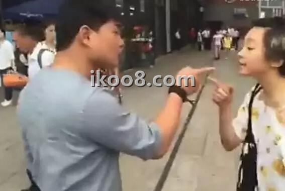 小伙与女网友见面嫌其长得丑 两人当街互殴(图)